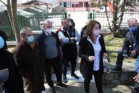 Η Κατερίνα Παπακώστα κοντά στους κατοίκους των χωριών που «χτυπήθηκαν» από τον σεισμό